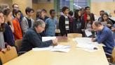 Escolars de visita a l'Arxiu escoltant explicacions a la sala de consulta