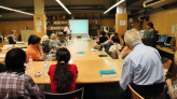 Grup escoltant les explicacions en una visita comentada. AMCB. Autor: Reme Olivencia