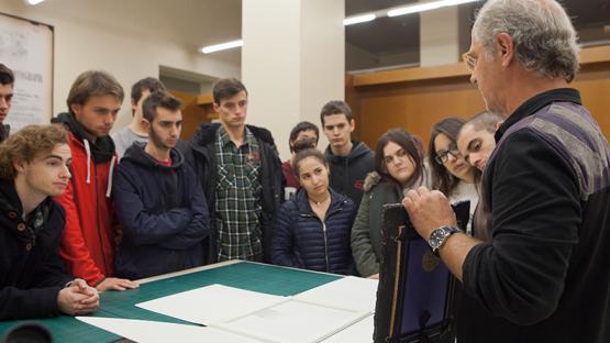 Foto a color. Es veuen estudiants en una visita a Arxiu Fotogràfic al laboratori de conservació