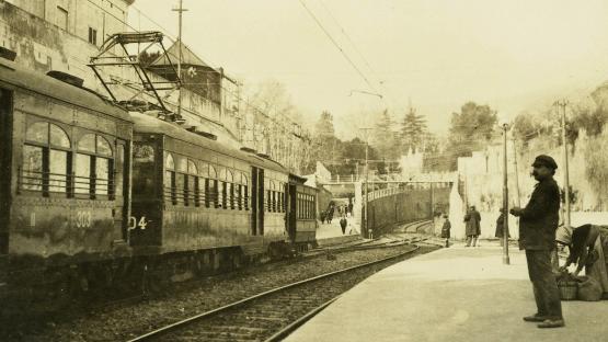 es veu un tren a l antiga estació descoberta de Sarrià
