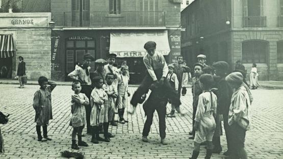 nens al carrer jugant al salt del cavall