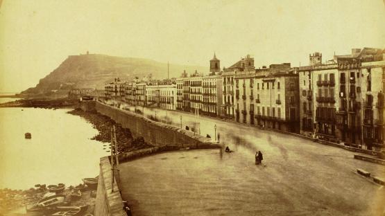 es veu la muralla de mar i al fons Montjuïc