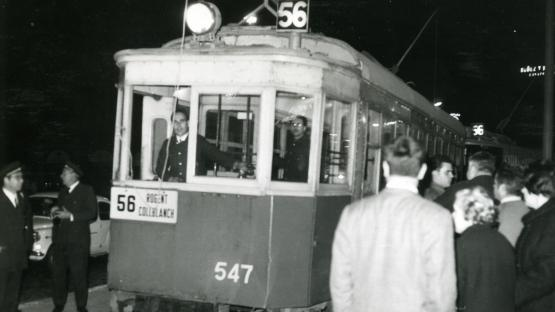 Es veu el tramvia 56 amb gent