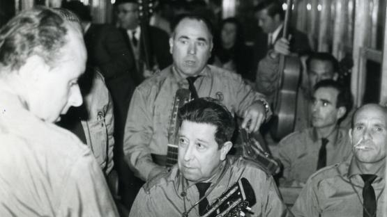 es veu un grup de músics dins el tramvia 56