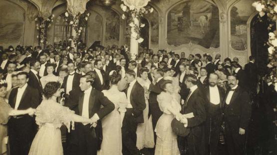 Foto en blanc i negre d'un ball de gala a la Maison Dorée