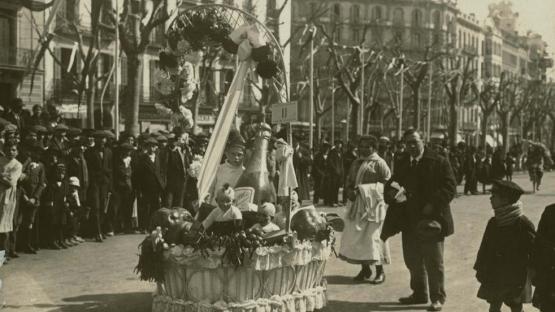 Foto en blanco y negro de una cesta de Navidad en el Carnaval de Paseo de Gracia