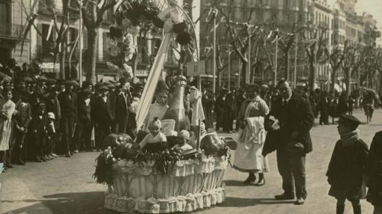 Foto en blanc i negre d'una cistella de Nadal al carnaval del Passeig de Gràcia