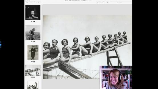 Se ve la pantalla del ordenador con una foto del Arxiu y la persona que hace el taller