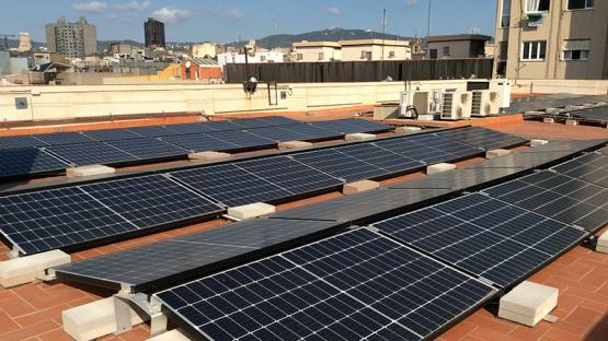 Es veu el terrat amb plaques solars