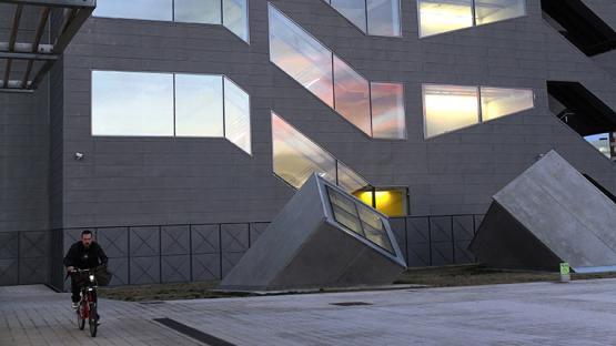 Foto a color de la façana de l'edifici Disseny Hub Barcelona amb il·luminació a l'interior