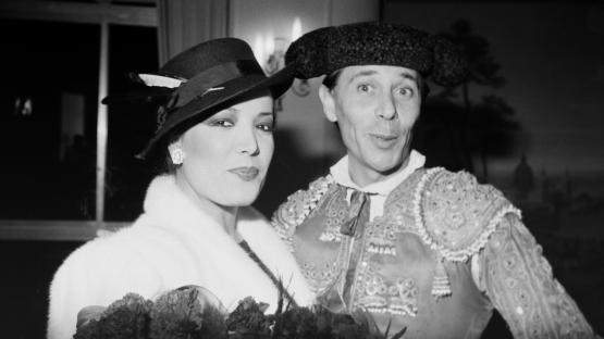 Foto en blanco y negro de Ágata Lys y Ángel Pavlovsky vestido de torero en la Terraza Martini
