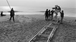 Es veu com graven una escena a la platja del film La teta y la luna