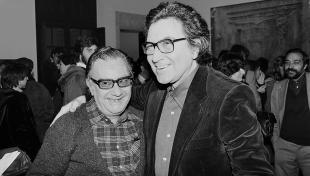 Foto en blanc i negre. Retrat dels artistes Joan Brossa i Antoni Tapies