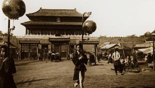 Xinès porta fanals en un casament a Pequín. Al fons temple xinès