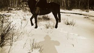 Es veu un senyor muntat a cavall envoltat de neu al voltant de Nikko. Japó