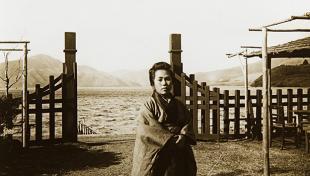 Es veu retrat de senyora japonesa vestida amb quimono al jardi d'un temple de Miyanoshita. Japó i al fons llac i muntanya