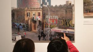 alumnes Escola Baixeras mirant fotografies exposició