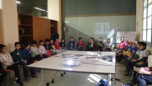 Fotografia on es veuen infants d'una escola fent un taller