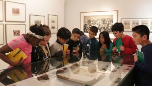 Infants mirant fotografies de l'Arxiu Fotogràfic