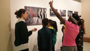alumnes Escola Baixeres mirant fotografies exposició