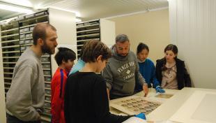 Es veuen alumnes visitant el diposit de positius de lArxiu