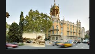 Foto  color. Es veu edifici de la Rotonda  amb un taxi circulant