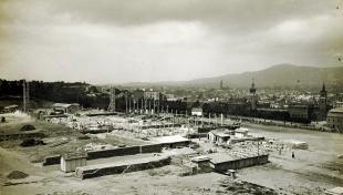 Fotografia blanc i negre on es veu el Palau de la indústria de Montjuïc en construcció