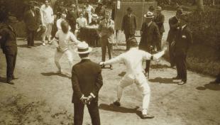 Foto en blanc i negre de dos lluitadors d'esgrima en el Campionat de Catalunya