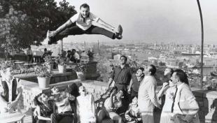 Foto en blanc i negre de ballarí de ballet rus, saltant ambles cames obertes a Montjuïc