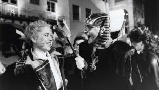 Foto en blanc i negre de dos joves disfressats, somrient