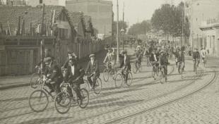 Fotografia en blanc i negre de les persones amb bicicleta durant l'excursió a Vilassar i Argentona el dia del pedal