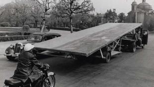 """Foto en blanc i negre del trasllat en camió al Museu de la Ciutadella de """"La Batalla de Tetuán"""" de Fortuny"""