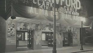 Fotografia en blanc i negre de la façana del cinema de Borràs a l'avinguda Paral·lel amb l'anunci d'una pel·lícula de Joan Crawford i Clark Gable