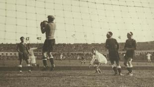 Foto en blanc i negre des de darrere de la xarxa de la porteria, el porter Ricardo Zamora aturant un gol