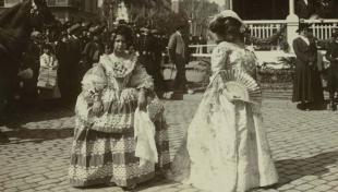 Foto en blanc i negre d'una nena disfressada de Mariana d'Àustria, de la pintura de Velázquez i una dama vestida d'època, primer premi extraordinari de Carnaval