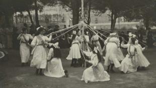 Foto en blanc i negre de noies en rotllana fent un ball folklòric tradicional