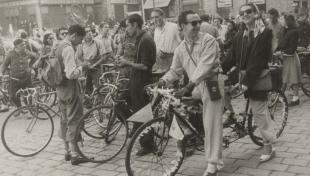 Fotografia en blanc i negre dels joves en tàndem i en bicicleta el dia del pedal