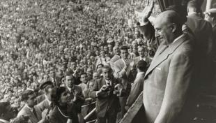 Foto en blanco y negro del General Franco saludando al público en la plaza de toros