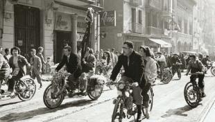 Foto en blanc i negre de colla de motoristes a Sant Medir