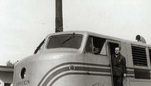 """Foto en blanc i negre del tren """"Talgo"""" parat amb el maquinista a la porta"""