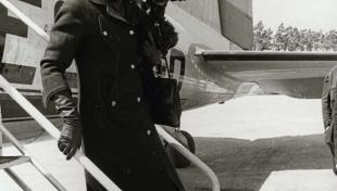 Foto en blanc i negre de Maria Callas baixant les escales de l'avió a l'arribada a l'aeroport del Prat