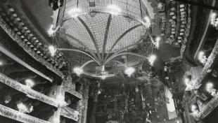 Foto en blanc i negre de l'interior del teatre del Liceu, convertit i preparat per al circ de la Productora Broston