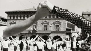 Foto en blanc i negre de detall de dues mans agafades durant el Ball de la Sardana al Poble Espanyol