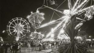 Foto en blanc i negre de la revetlla al parc d'atraccions de Montjuïc, Il·luminat a la nit