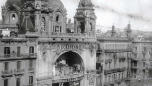 Foto en blanc i negre de la vista del cinema Coliseu i la Gran Via de les Corts Catalanes