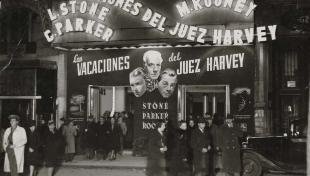 """Fotografia en blanc i negre de la sortida del cinema """"Fémina"""", on es pot veure el cartell de la pel·lícula """"Les vacances de Jutge Harvey"""""""
