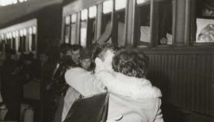 Foto en blanc i negre d'una parella donant-se una abraçada a l'anda de l'Estació de França