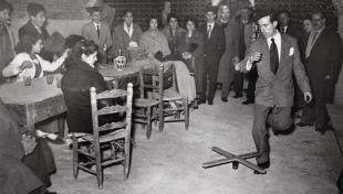 Foto en blanc i negre d'home interpretant el ball de l'hereu al Poble Espanyol