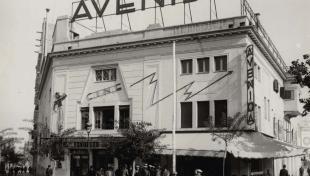 Fotografia en blanc i negre del robatori al cinema Avinguda, al carrer Marqués del Duero amb el Parlament, on mor el vigilant nocturn