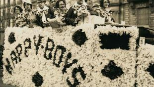 """Foto en blanc i negre de la comparsa """"Happy Boys"""" en carnaval"""